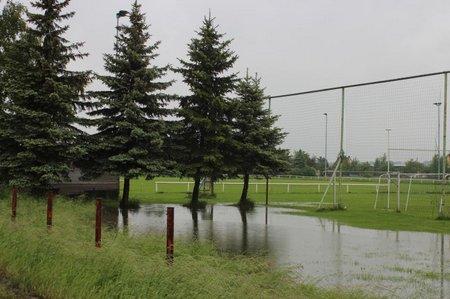 Wasser auf dem Sportplatz